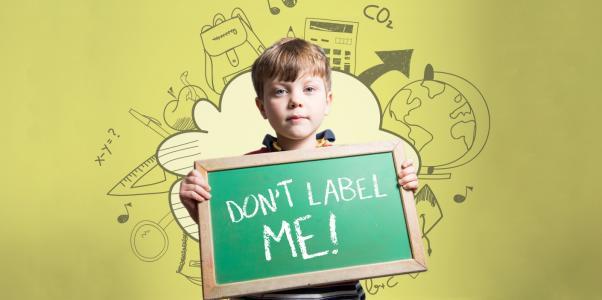 bambino etichettato